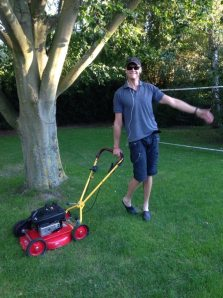 Anders Engevall klipper gräset med glädje.